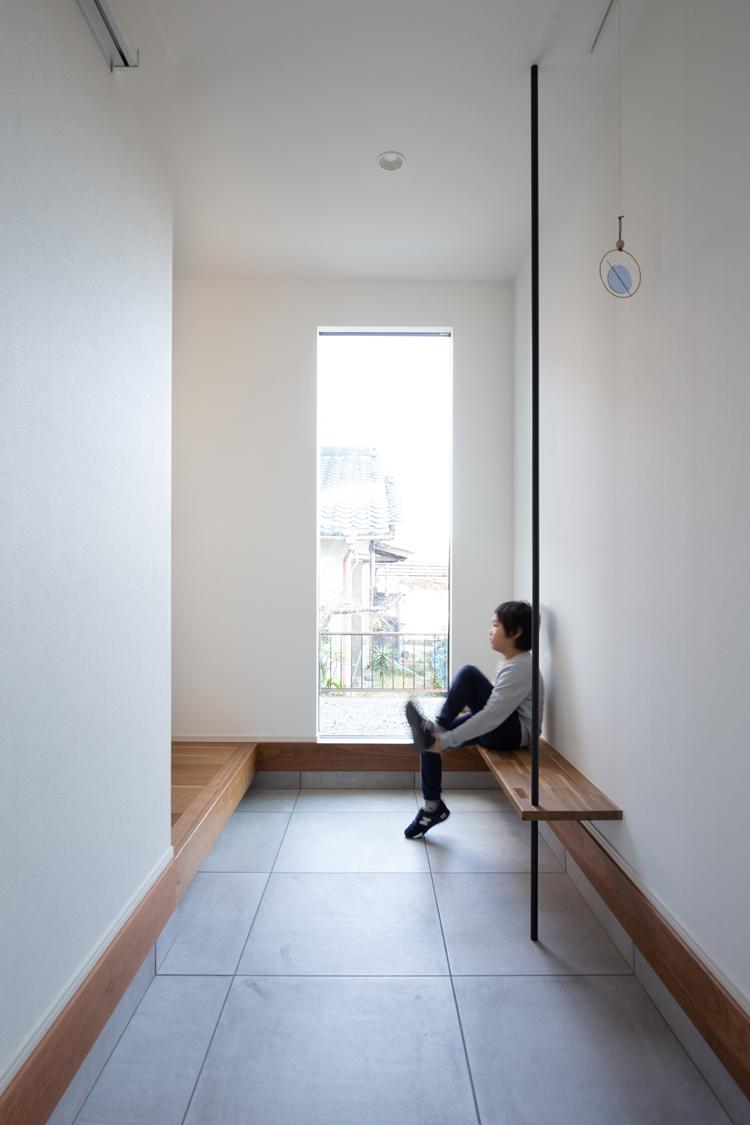 【玄関スペース】 玄関はすっきり、そして広く。ベンチに手摺を設け使い勝手をプラスしました。