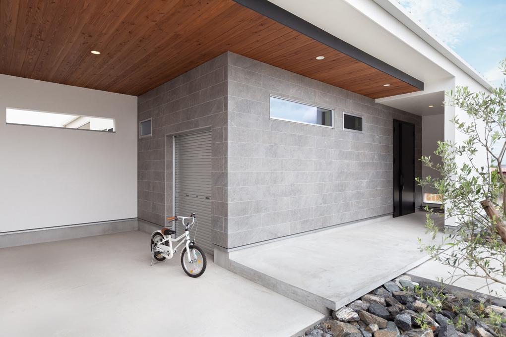 【ガレージ】 大きな軒下空間へと進んでいくと、左右に進むアプローチとなっており、それぞれの質感が家族の帰りを温かく迎えてくれます。