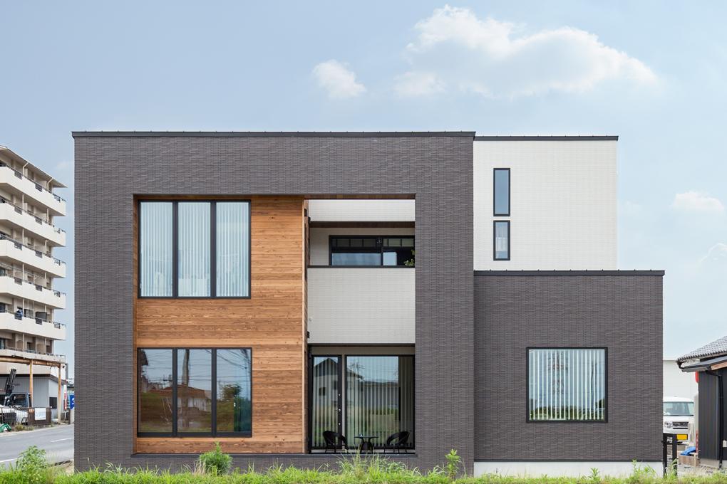 【外観】 ブラックとホワイトでコントラストを効かせたタイル張りの外観。杉板の素材感がアクセントに。内も外もひとつながりの空間として全てを包んだお家です。