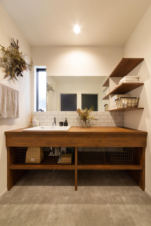 【洗面室】 造作洗面は水や傷に強いメラミン材を使用。パインの古材風のメラミン材と、床のモルタル風フロアタイルとの相性が抜群です。