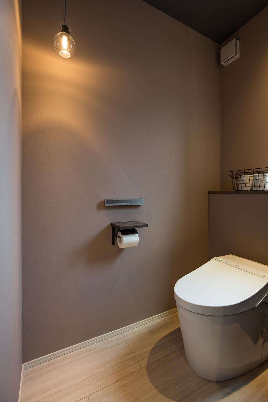 【トイレ】 シンプルにまとめたトイレ空間。酵素パワー消臭機能を備えた壁紙を採用することで、クリーンな室内空間を保ちます。