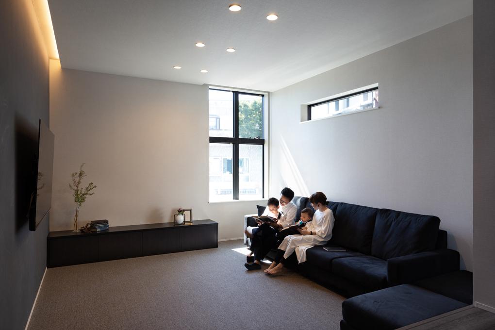 【リビング】 日差しが降り注ぐリビングは、スキップフロアと低めの家具で心地が良く、家族が自然と集まる場所です。