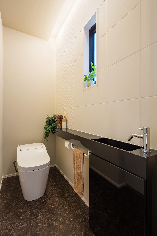 【トイレ】 間接照明や、壁面のエコカラット、石目柄のフロアタイルを施し、ホテルライクな空間を演出。