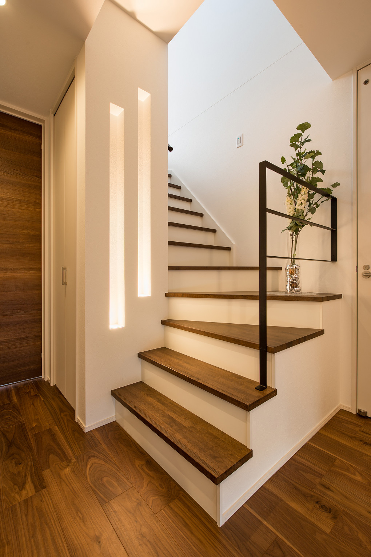 【1階ホール】 玄関を開けると目に飛び込んでくるのはスリット状のアッパーライト。非日常的なあかりが空間のスパイスになっています。