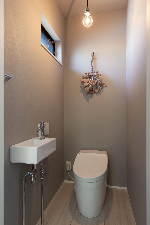【トイレ】 落ち着いたグレーの壁紙とスワッグの相性がいい、シンプルですっきりとしたトイレ。  ▶A様邸の価格はこちら