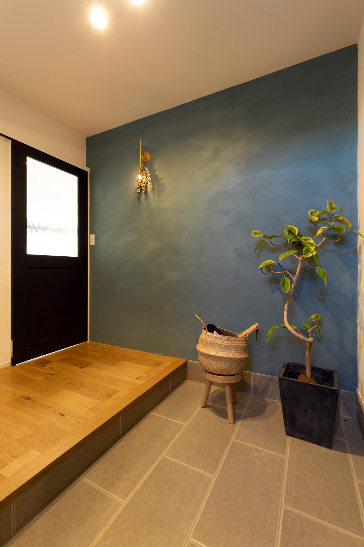 【玄関】 壁面の塗り壁は、施主様ご自身で施工されました。こだわりの色味はとても味があります。  ▶H様邸の価格はこちら