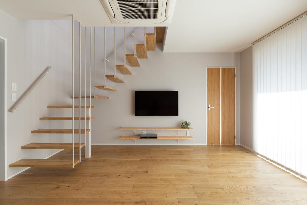 【リビング】 開放感いっぱいの階段は、2階へと伸びるアイアンのフラットバーがアクセント。