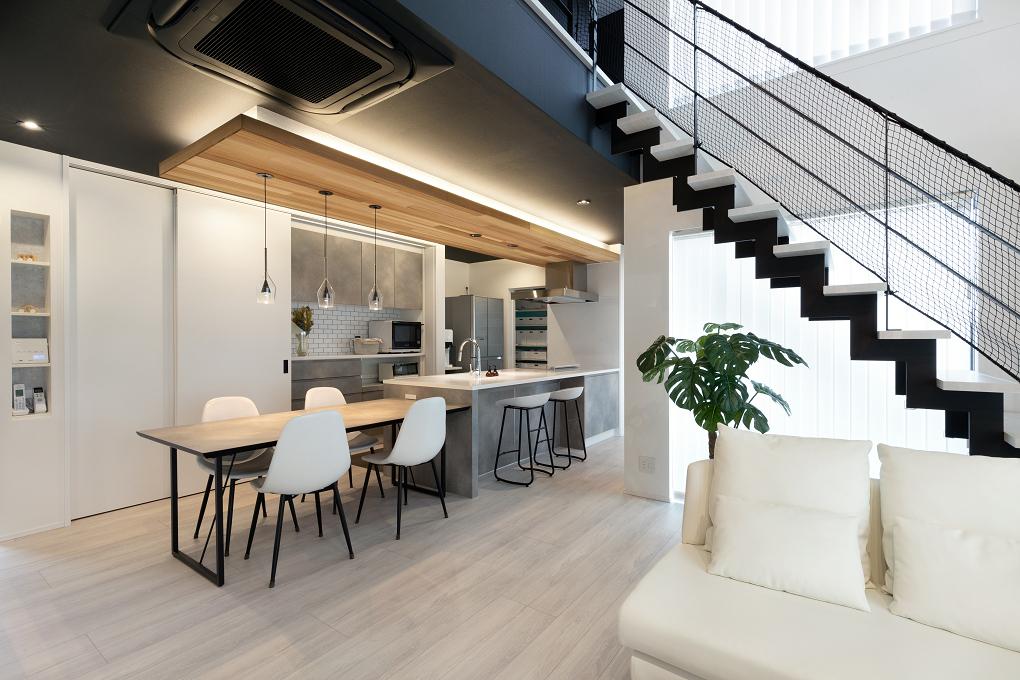 【LDK】 モダンな空間に無垢の折下げ天井が印象的なダイニングキッチン。