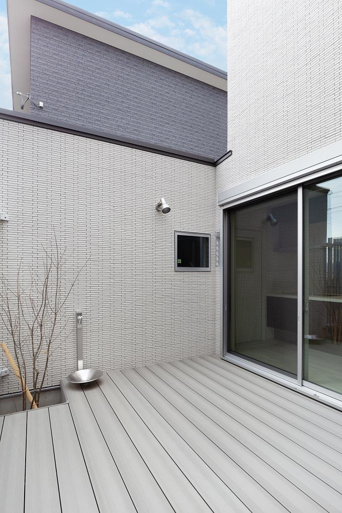 【中庭】 コの字型の建物によって、プライバシーを確保した中庭。採光を取り込み、内外の中空間として家族が集う『ひだまり』を演出。