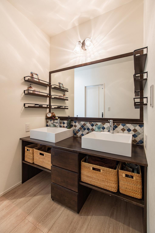 【洗面室】 朝の混雑を解消すべく、2ボウルを採用した造作洗面台。