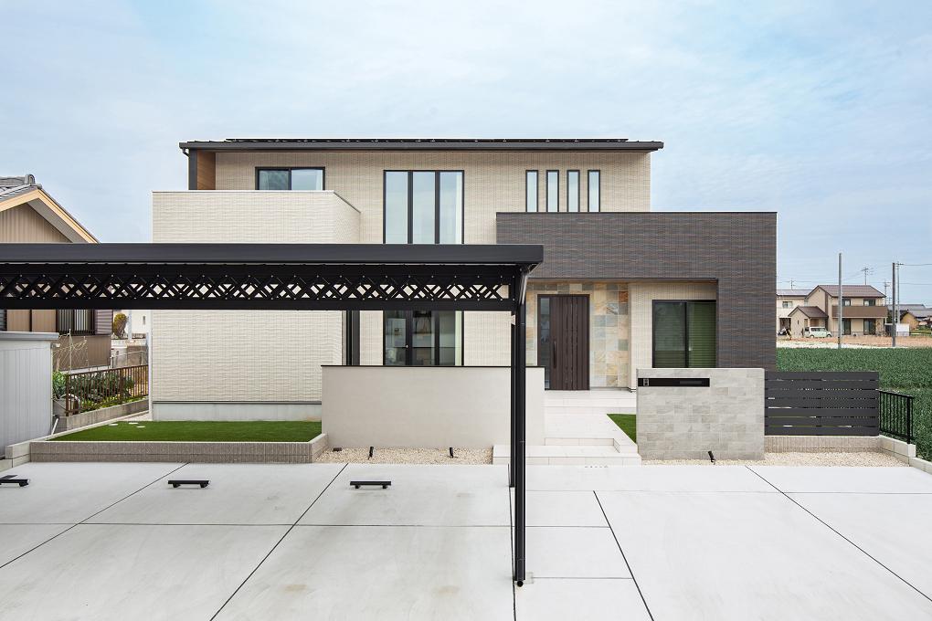 【外観】 タイル貼りの外壁に、フレーム形状の屋根がモダンな印象。玄関まわりに施した天然石がアクセント。