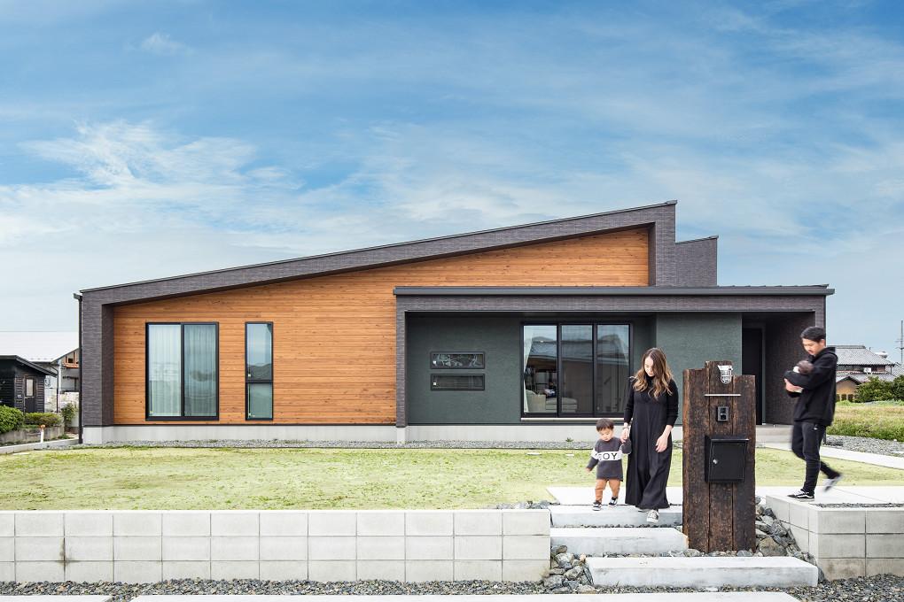 【外観】 フレームデザイン×片流れ形状の外観。タイル・天然木・塗り壁を使用して素材感を楽しむことができます。