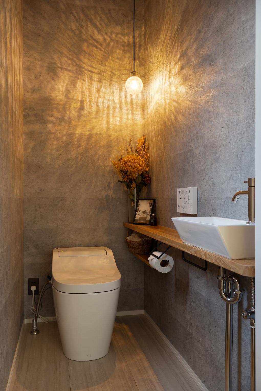 【トイレ】 ペンダントライトのガラスから広がる灯りがムードのあるトイレ。奥様がこだわって選んだインテリア、御主人様のお気に入りの空間になりました。