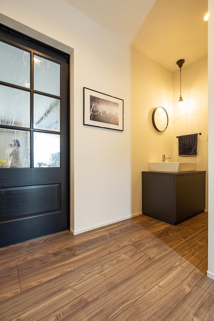 【玄関】 造作した手洗いを設けた玄関ホール。帰ったらすぐに手が洗えて動線も抜群です。