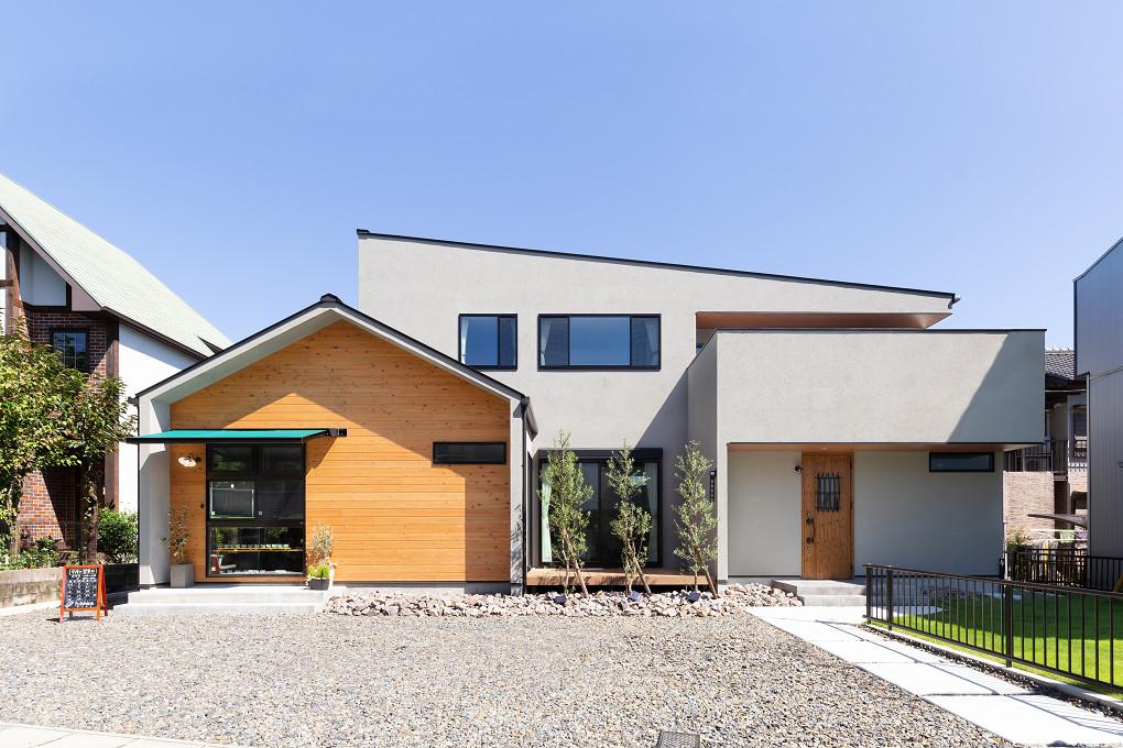 【外観】 いろいろな屋根の形が組み合わさって、存在感のある外観デザイン