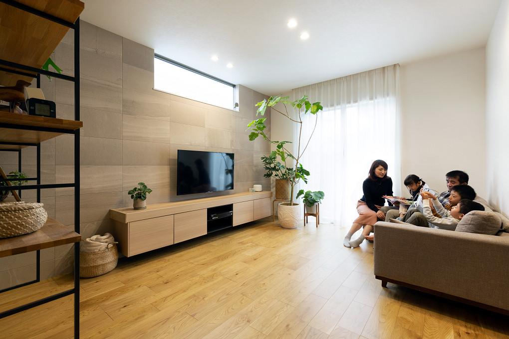 【リビング】 テレビボードはフロートタイプを採用。床から浮かせることですっきりとした空間を演出しています。テレビ背面には石目調のエコカラットを施しています。