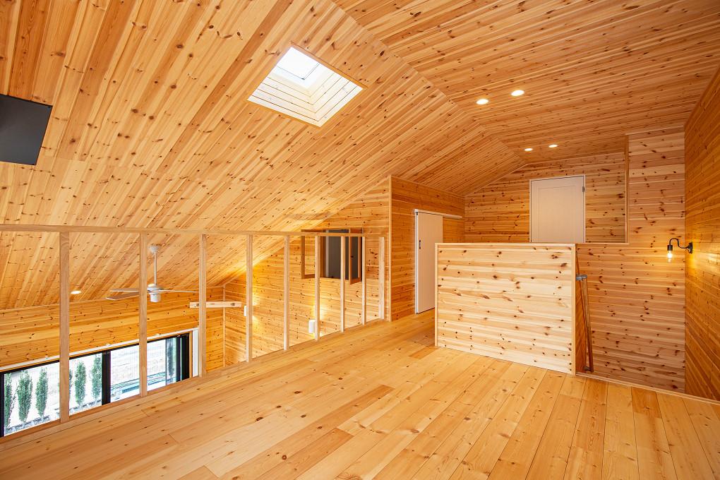 【ホール】 広めに設けた2階ホールでは、ヨガを楽しむことも。天窓から見える空に癒されます。