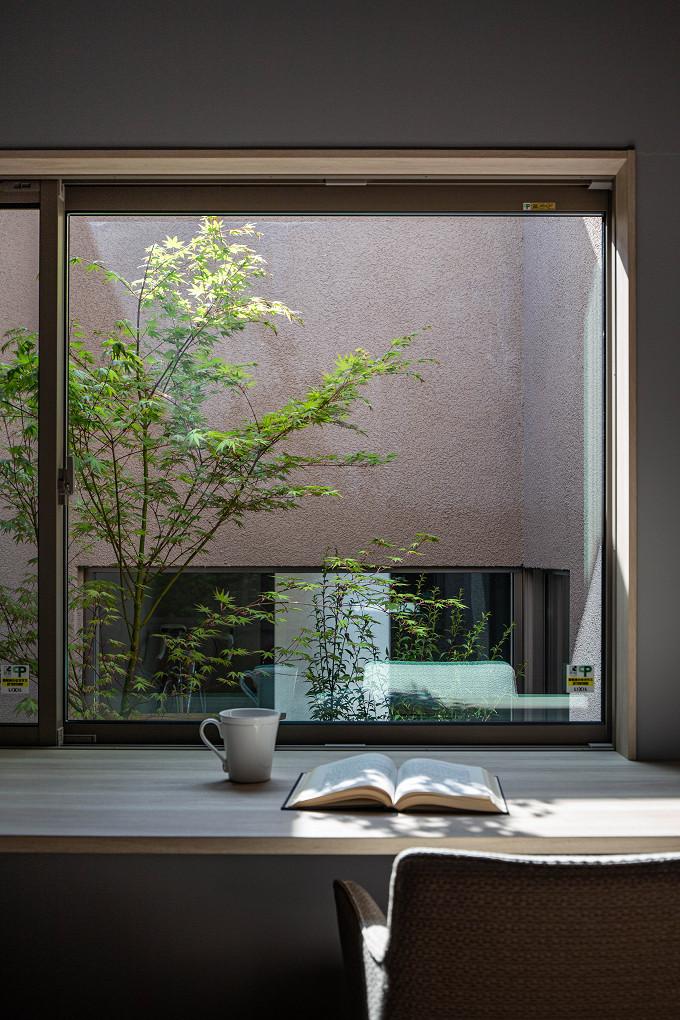 【坪庭】 寝室から眺める坪庭。季節の移ろいを身近に感じられます。