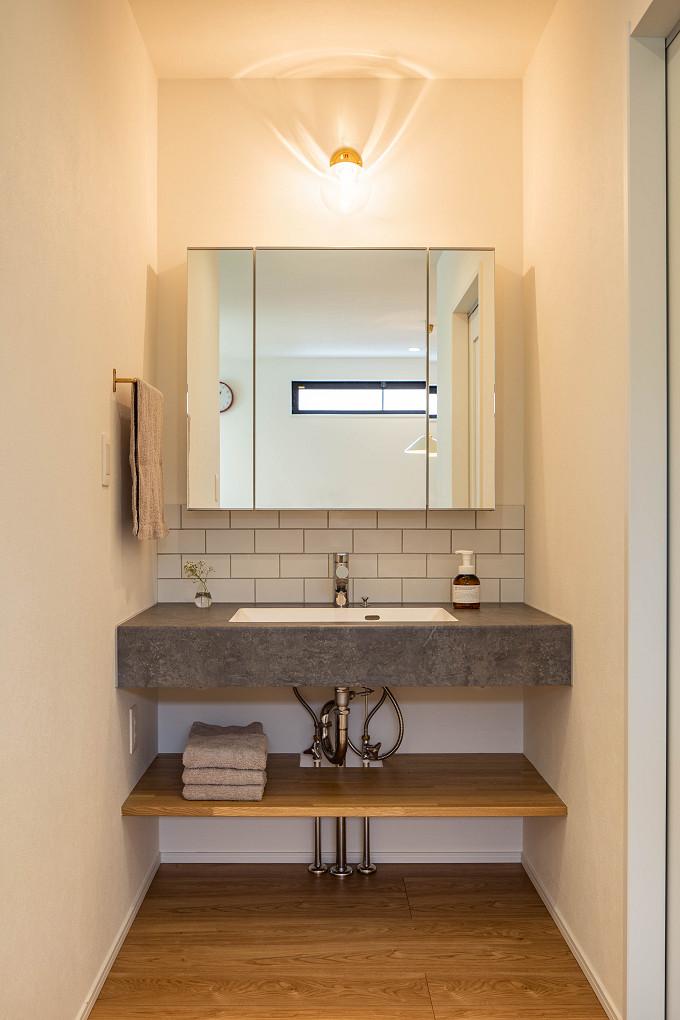 【洗面室】 リビング・ダイニングからの動線もスムーズな造作の洗面室。オープンなスペースのため、意匠にもこだわりました。