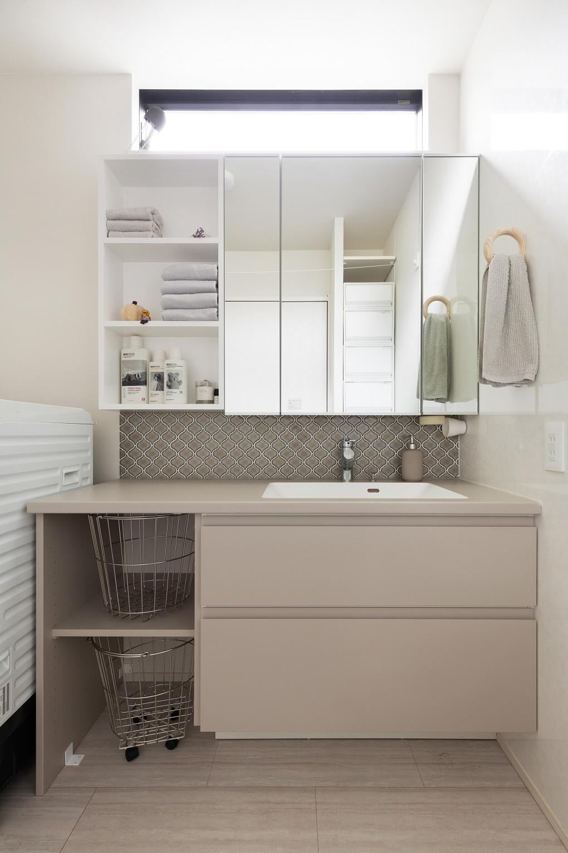 【洗面室】 コラベルタイルを1色使いにすることでカジュアルになりすぎずシンプルでおしゃれに。