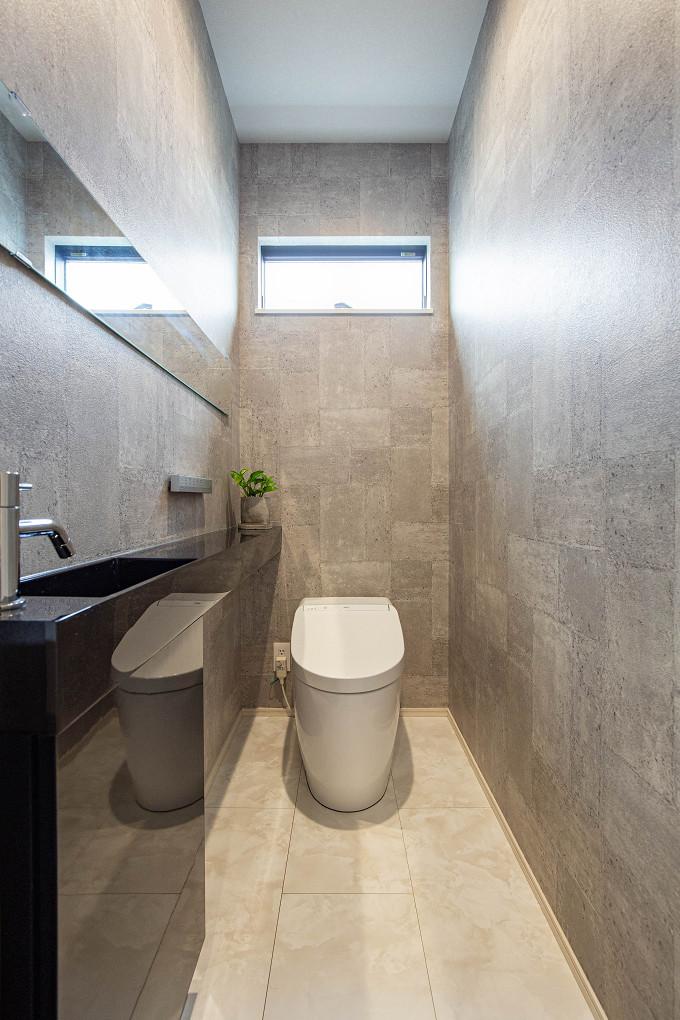 【トイレ】 カウンターとボウルが一体型の手洗いで、スッキリとし印象のトイレ。