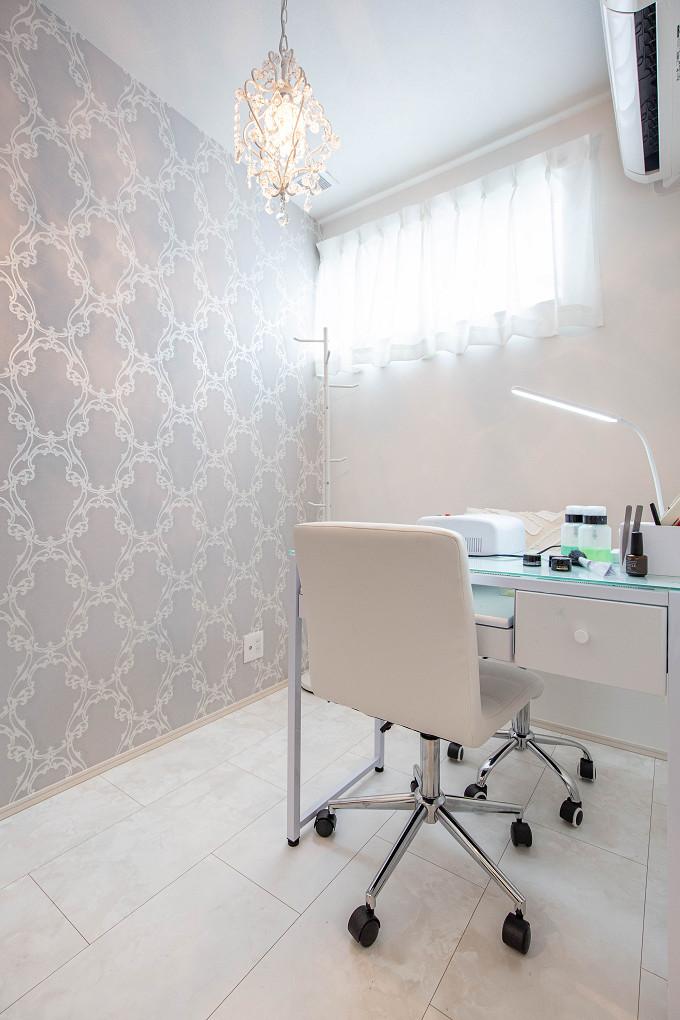 【趣味室】 奥様のネイルサロンのお部屋。奥様のセンスが光るエレガントな壁紙や照明で上品な空間になりました。