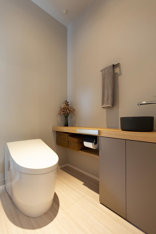 【トイレ】 リラックスできる色使いでまとめたトイレ。